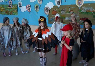 Prezentacja kółka teatralnego przed dziećmi z przedszkola