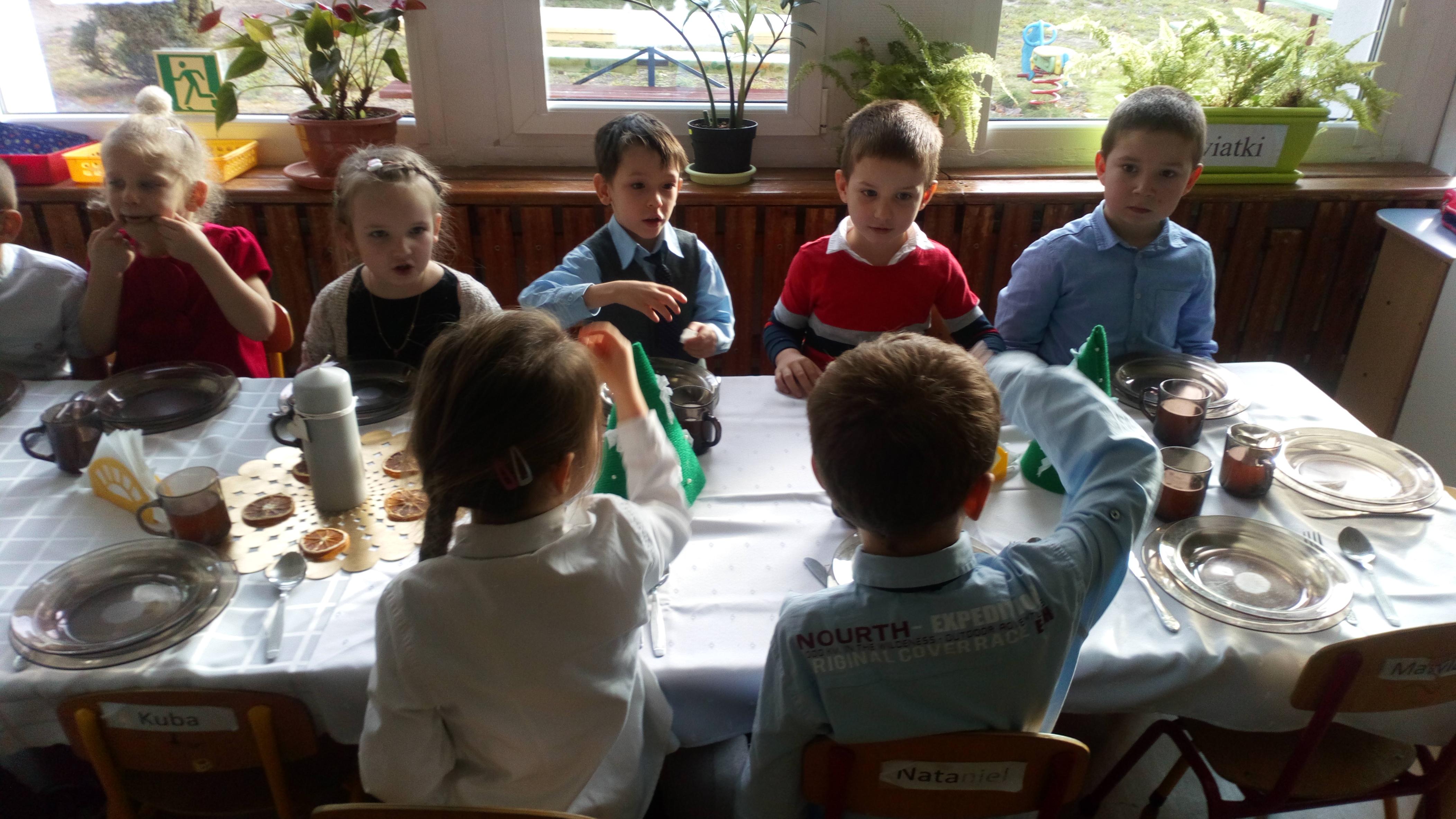 Przedszkolna Wigilia z Jasełkami w wykonaniu grupy Delfinów