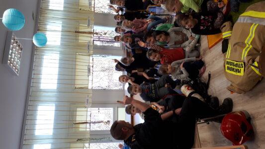 Dzieci ze wszystkich grup wiekowych na spotkaniu ze strażakiem